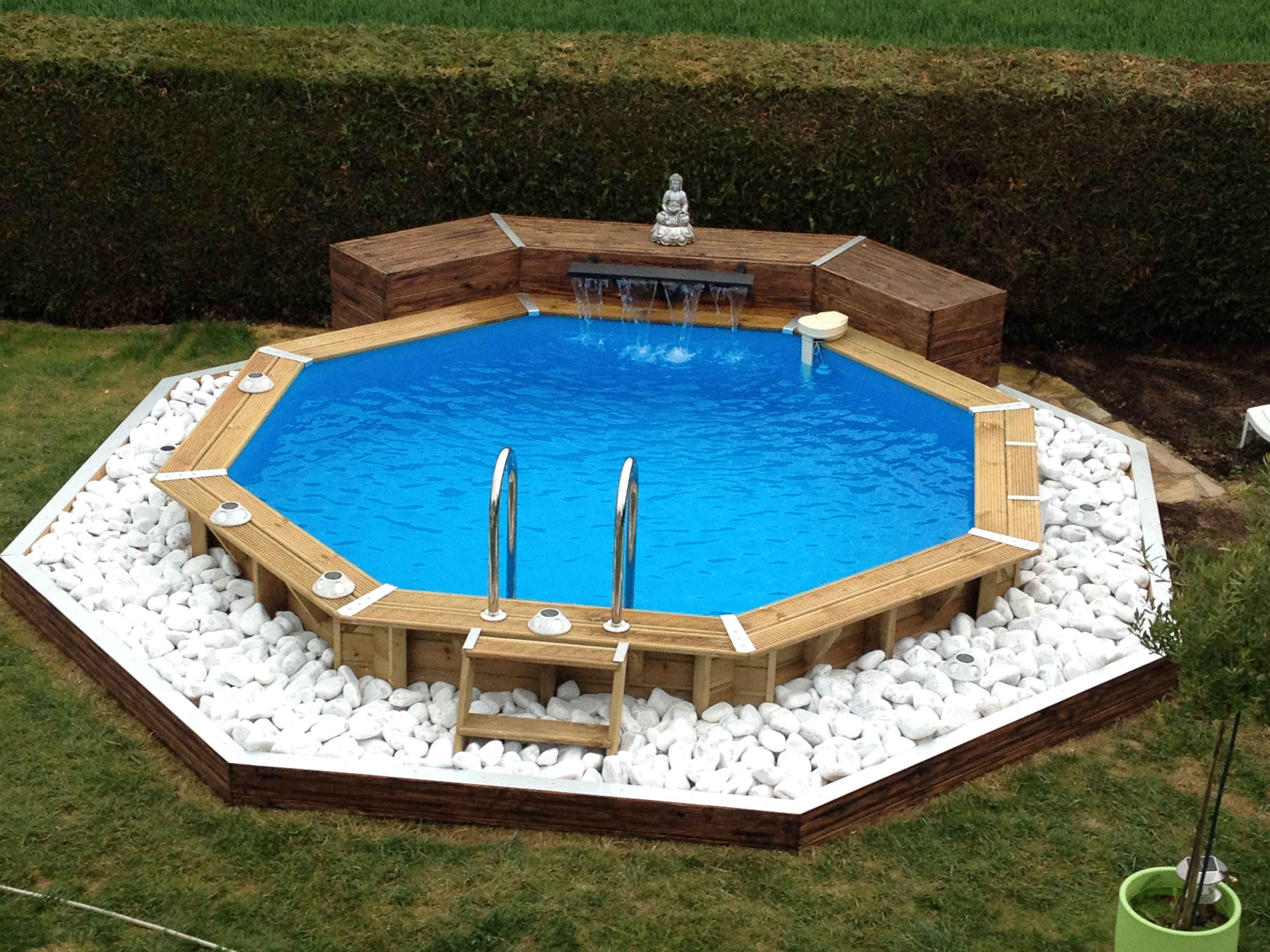 Jolie piscine en bois for Piscine hors sol amenagee
